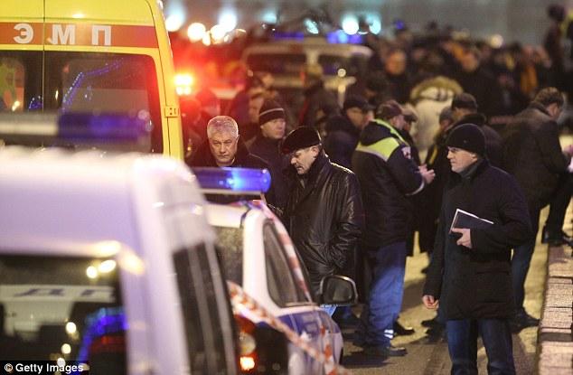 El ministro del Interior de Rusia, Vladimir Kolokoltsev (centro) se muestra el lugar donde Nemtsov fue asesinado en el centro de Moscú