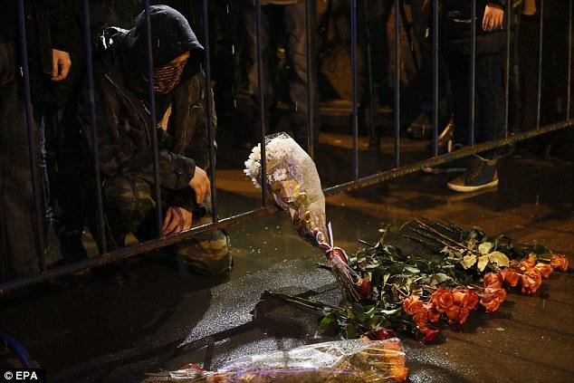 Un hombre llora mientras deposita flores en el lugar del asesinato de Boris Nemtsov en el centro de Moscú