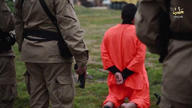Obligado a sus rodillas: Muhammad se entiende que ha sido acusado de trabajar como espía más en Turquía