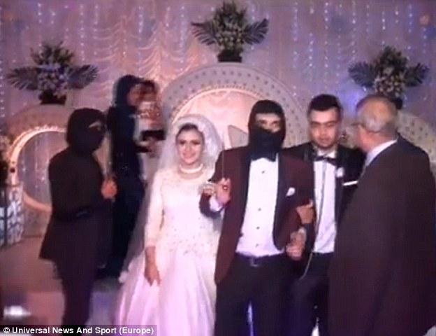Secuestrado: La ceremonia de matrimonio se celebró en Menoufia, al norte de El Cairo, y vio hombres enmascarados asaltar el lugar y pedir a la novia y el novio para subir a una jaula a punta de cuchillo