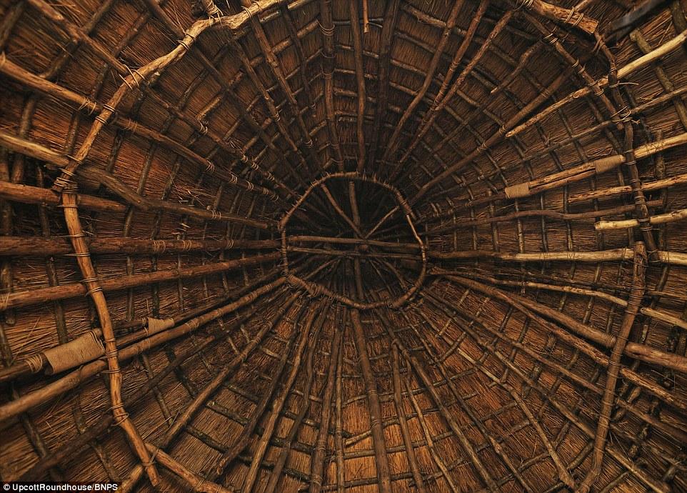 Le toit six tonnes a été créé avec 28ft longues pièces de bois à partir de bois environnants et un scarificateur mis en chaume anche de l'eau épaisse 14 pouces