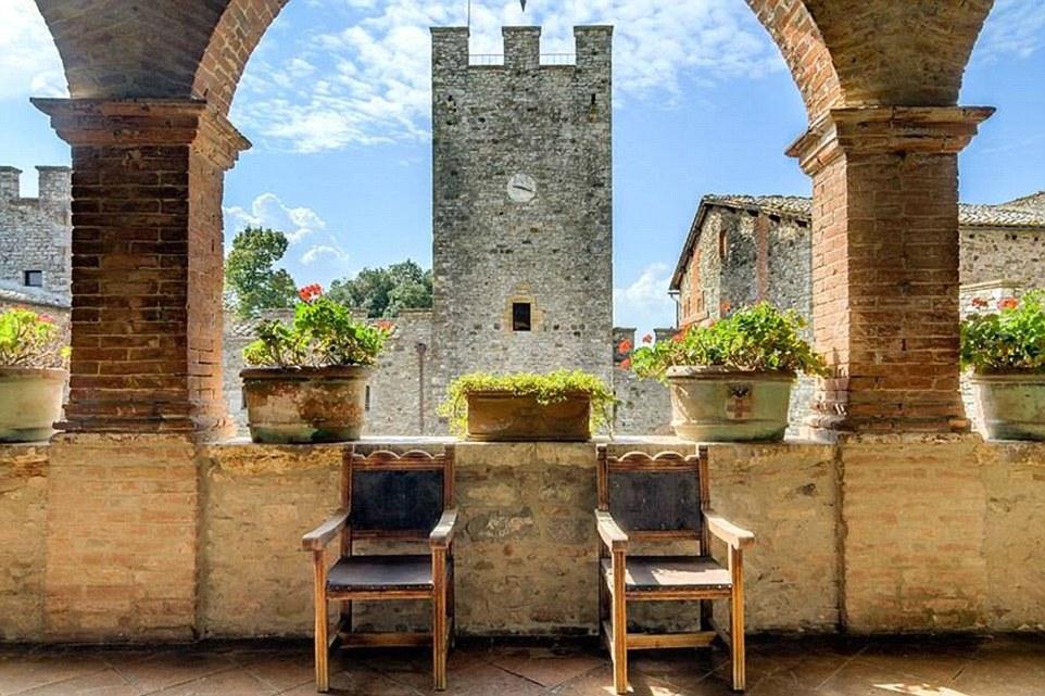 Il castello ha anche una cappella e vigneto.  Apparteneva alla stessa famiglia per generazioni prima di essere venduto privatamente nel 1920
