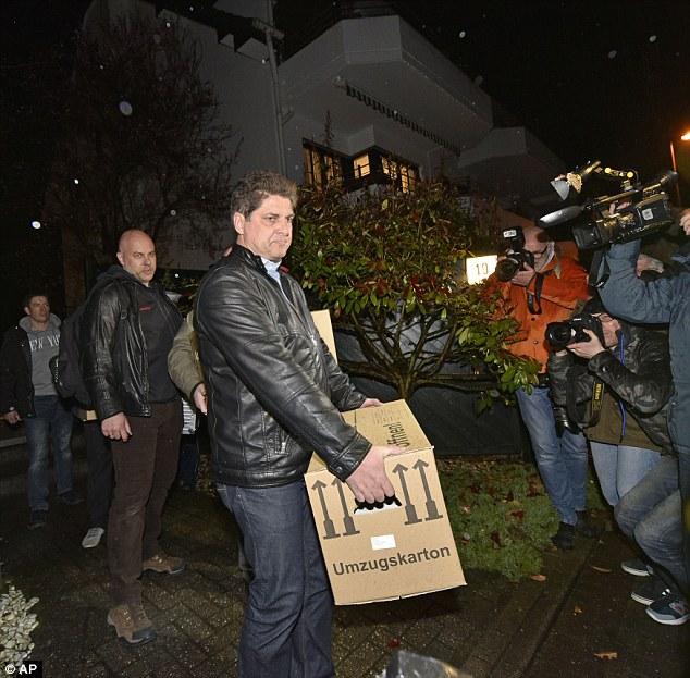 """Potencial de avance: Los detectives llevan cajas del apartamento de Lubitz en las afueras de Düsseldorf.  Resultó que un """"descubrimiento significativo"""" se había hecho en la dirección, pero la policía no dio más detalles"""