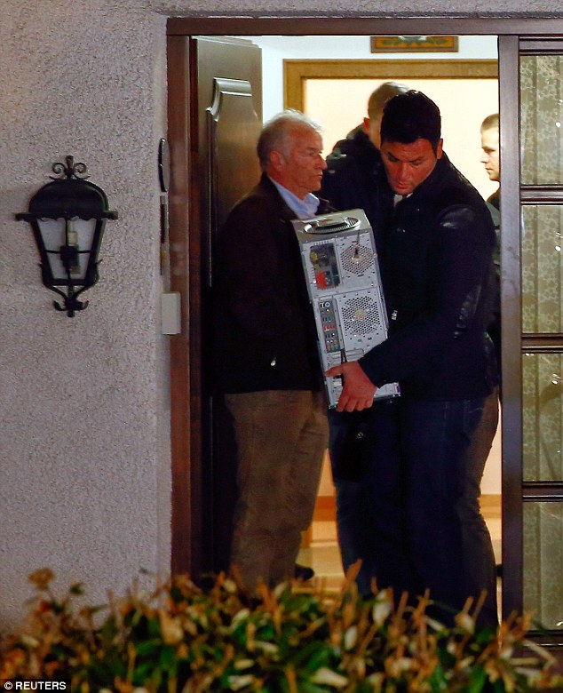 Detectives alemanes también fueron fotografiados llevando lo que parecía ser los ordenadores de la casa £ 400.000 en Montabaur, un pueblo a 40 kilómetros de Bonn, que Lubitz se entiende que han compartido con sus padres
