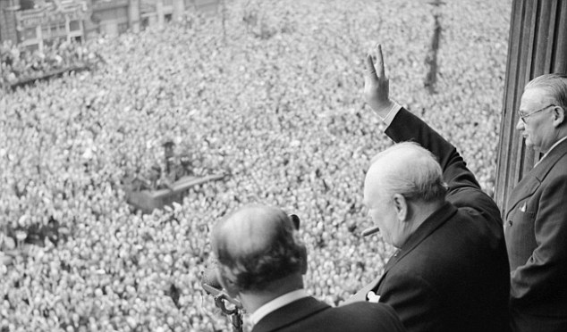 24FB900A00000578-3023568-Sir_Winston_Churchill_waves_at_the_crowd_in_Whitehall_during_VE_-a-29_1428009616472.jpg (634×372)