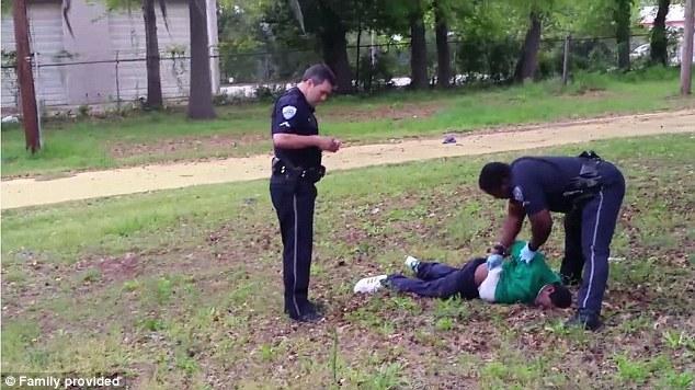 Copia de seguridad: Otro oficial de North Charleston se representa la manipulación del cuerpo de Scott en la escena