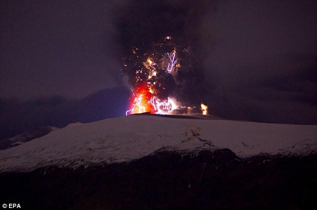 L'eruzione del Eyjafjallajokull (sopra) nel 2010 ha causato enormi problemi di traffico aereo, ma era relativamente minore