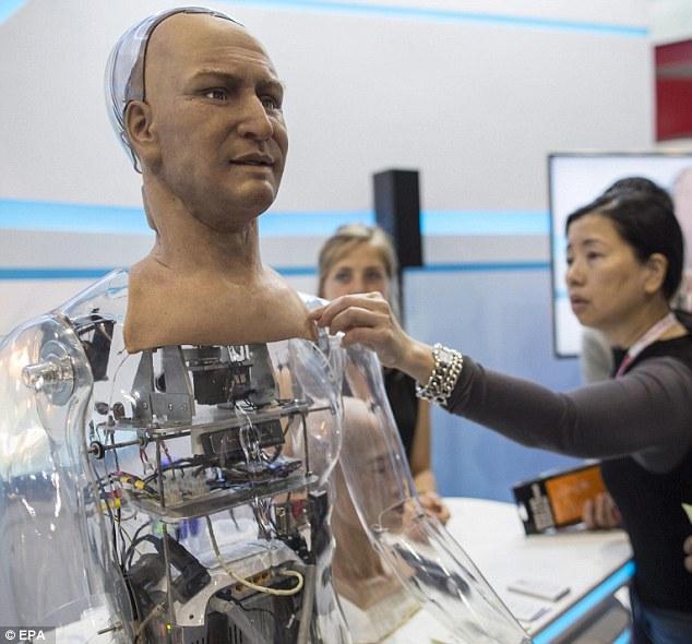 State-of-the-art: Το κεφάλι έχει δημιουργηθεί με ελατό υλικό χρησιμοποιώντας μαλακό σώμα μηχανολογίας και της νανοτεχνολογίας. Περιέχει ρεαλιστικές πόρους που μετρούν μόλις 4 έως 40 νανομέτρων (υπάρχουν 10 εκατομμύρια νανόμετρα σε ένα εκατοστό)