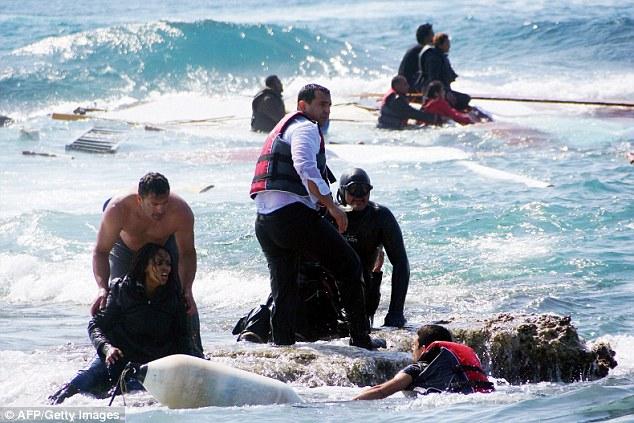 Alrededor de 1.300 personas se cree que se han ahogado en las últimas dos semanas, mientras intentaban llegar a Europa en barcos improvisados puestos en marcha por los traficantes de personas procedentes de Libia - con hasta 950 perecer frente a la isla italiana de Lampedusa el fin de semana a solas