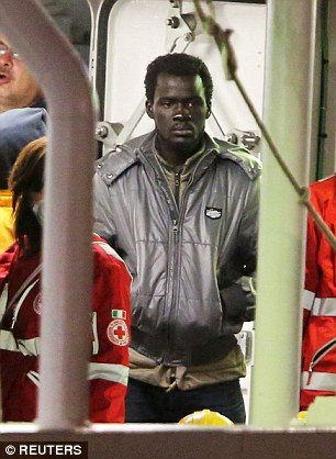 Atormentado: Un inmigrante sobreviviente que escapó del barco que se hundió en el Mar Mediterráneo matando a 900 personas parece sumido en sus pensamientos mientras se llega a la ciudad puerto siciliano de Catania esta mañana
