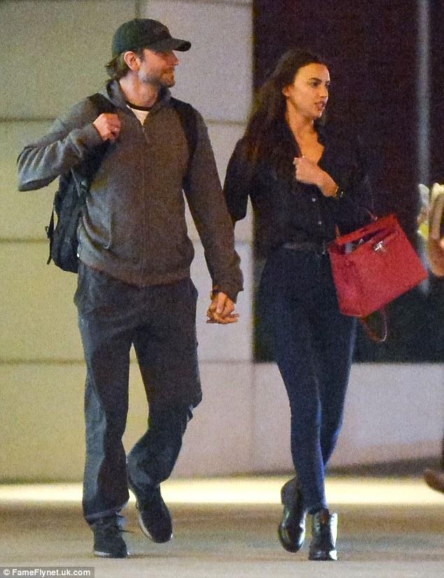Pop warna: Dia membawa tas desainer kulit merah di lengannya tapi sisa tampilan pasangan jauh lebih santai