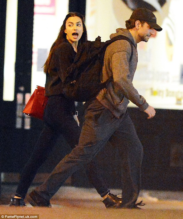 Dalam sync: Pasangan ini tampaknya sempurna dalam langkah mereka menikmati malam mereka bersama-sama