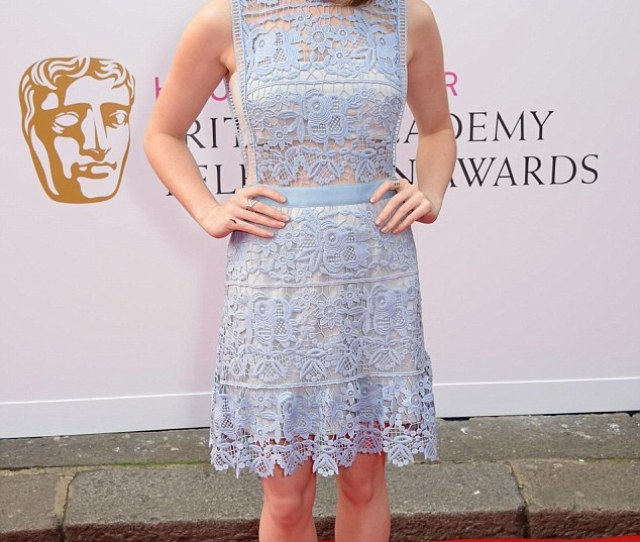 Lilac Lovely Maisie Williams Stunned In A Lilac Crochet Dress And White Sandals As She