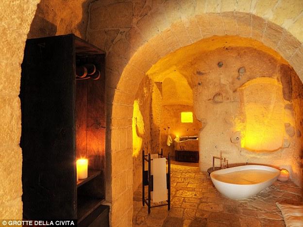 Lastra di lusso: il bagno è ora un santuario grazie a qualche buona muratura in pietra e arredi semplici