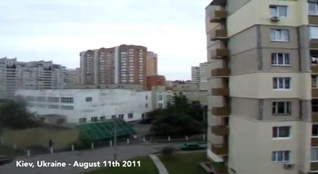 Un paisaje tranquilo en Kiev, Ucrania, se hizo añicos cuando los sonidos de latón sección como reverberaban alrededor