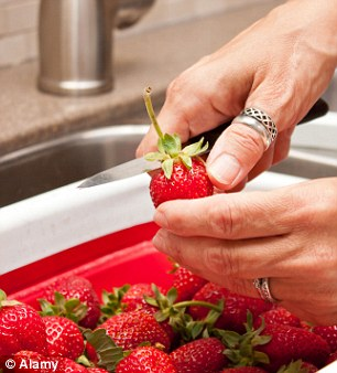 Slicing off the tops of strawberries causes the fruit to lose nutrients