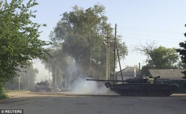 Sur la route: Les Russes ont alors conduit les réservoirs à travers la ville, qui se trouve à 17 miles de la frontière