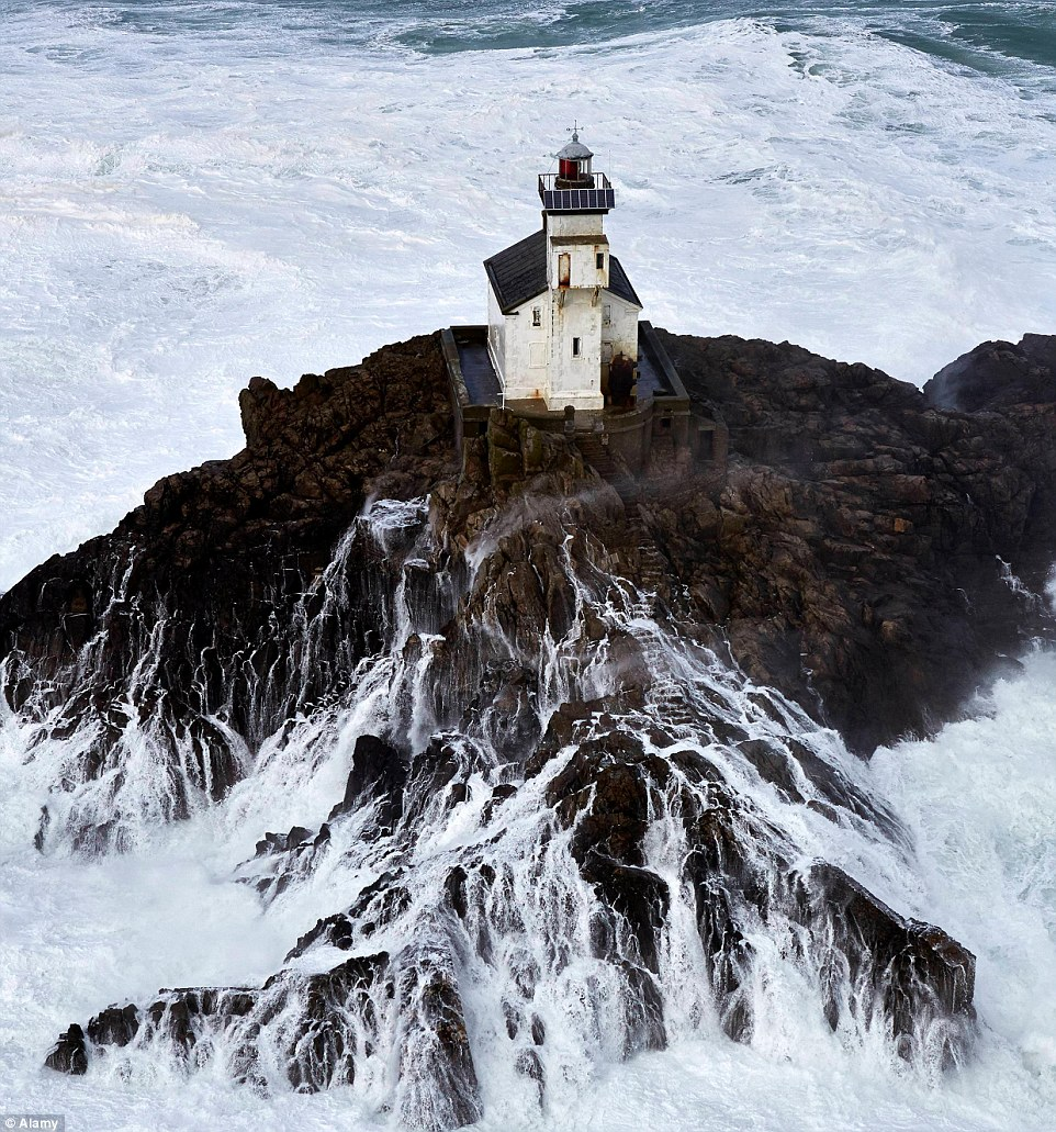 Man To Spend 60 Days Alone In Haunted Lighthouse ~ :) 2959700200000578-3110767-image-m-14_1433414993501