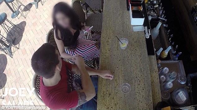 Dama sola: Joey puede ser visto presentándose a una mujer que está sentada sola en el bar