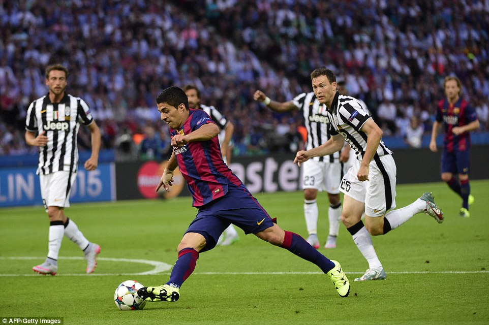 Suarez shows his close control as the Uruguayan avoids the attentions of Stephan Lichtsteiner and prompts another Barca attack