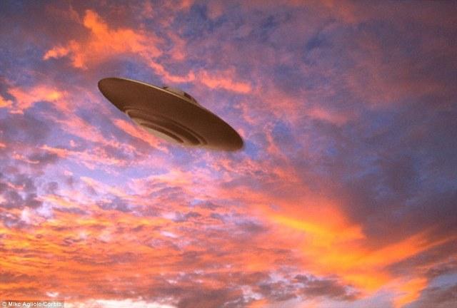 Sr. Nelson dijo que más ovnis en forma de bola de fuego-se han avistado recientemente, en comparación con la nave antes eran populares en forma de disco (se ilustra una imagen común con), que son populares en las películas de ciencia ficción como Encuentros en la tercera fase