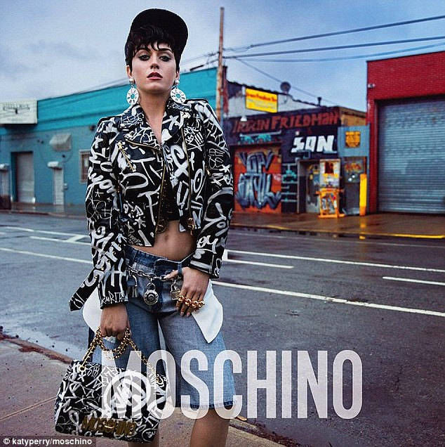 Foto Katy Perry Nyaris Telanjang di Iklan Moschino