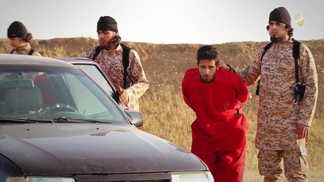 Bound: El video completo siete minutos realidad comienza mostrando un grupo de hombres vestidos con monos naranjas siendo llevado a un claro desierto.  A continuación, se bloquean en un coche Opel, que es destruido por un lanzador de granadas