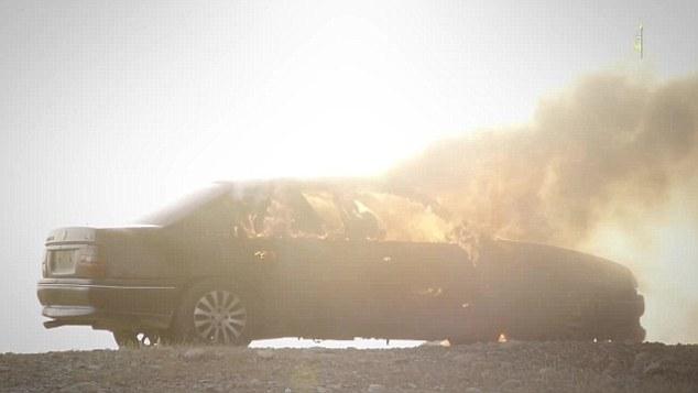 Humo: El coche se ve en llamas significan las víctimas gravemente lesionadas es probable que hayan quemado hasta la muerte