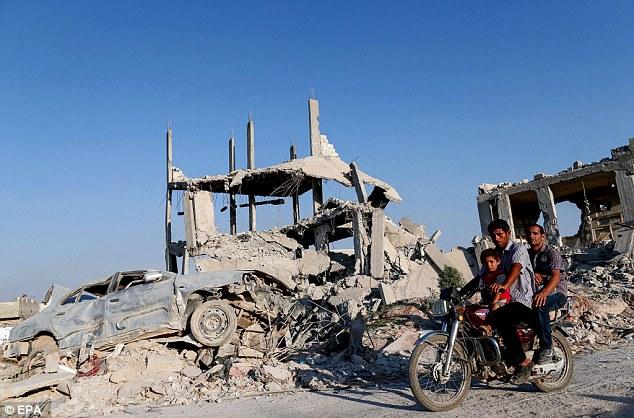 Destrucción: Cuando se dirigían ISIS fuera de la ciudad kurda de Kobane (en la foto) el año pasado, volvieron a casa a las escenas de destrucción
