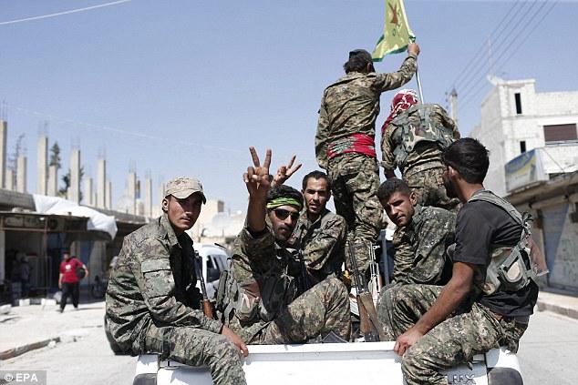 Victoria: combatientes YPG (en la foto), con el apoyo de los ataques aéreos estadounidenses expulsaron militantes islámicos del Estado fuera de la ciudad estratégica de Ein Issa, Siria, el martes
