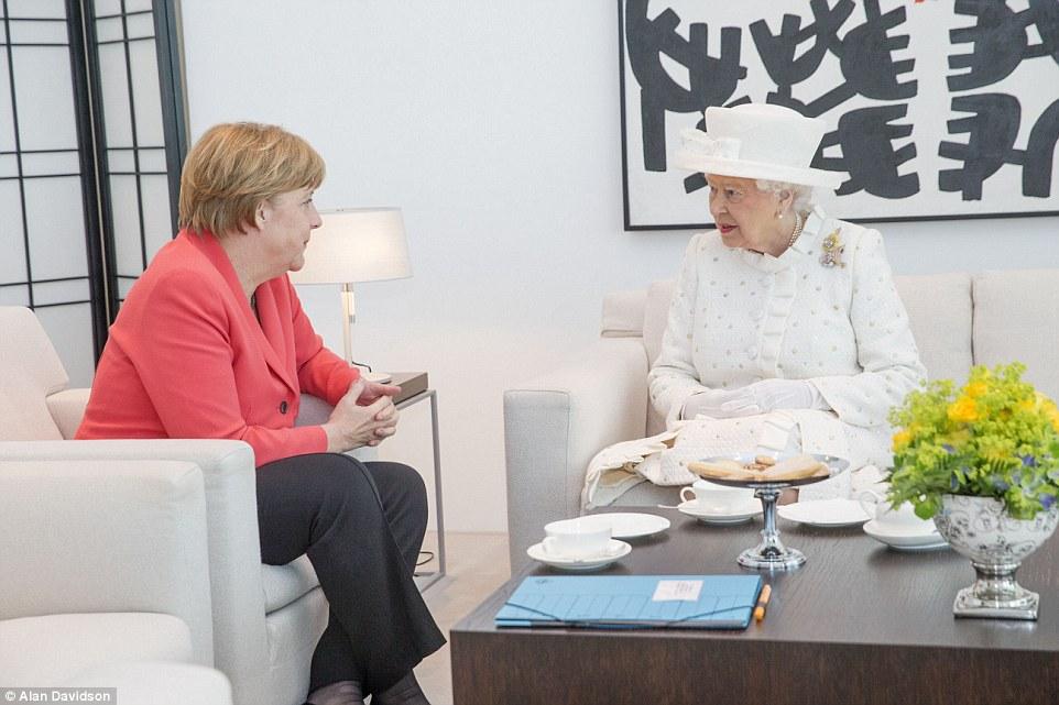 Cabeça a cabeça: The Queen prepara-se para começar uma conversa privada com Merkel na chancelaria em Berlim
