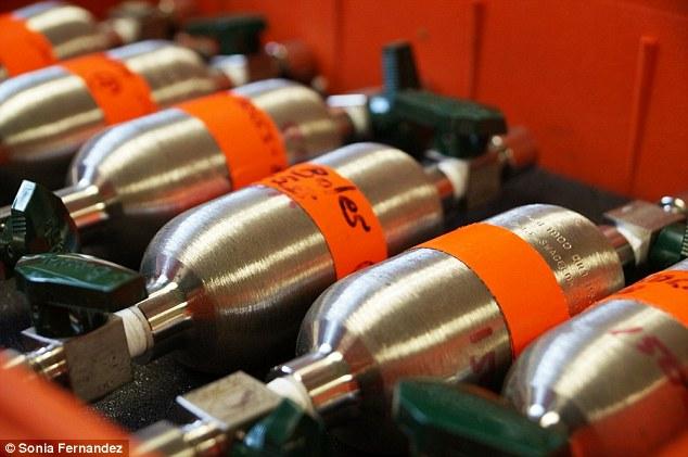 Os cilindros Jim Boles utilizado para recolher amostras de gases de revestimento de poços de petróleo ao longo da falha Newport-Inglewood, onde ele encontrou evidências de hélio-3.