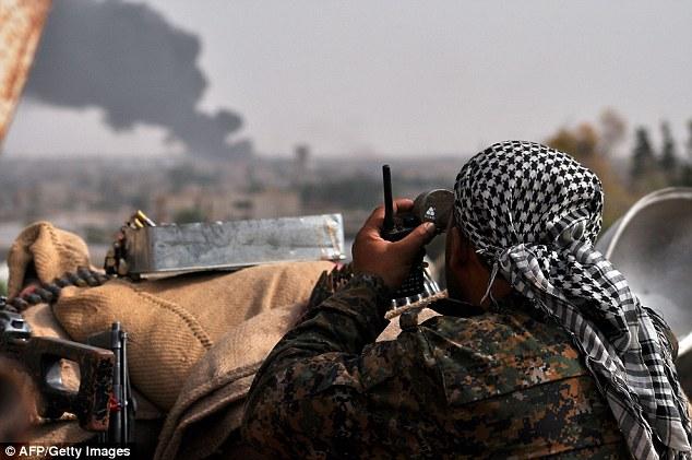 Resistencia: Los kurdos iraquíes y sirios (en la foto) - luchando por la Unidad de Protección del Pueblo (YPG) - han tenido éxito en la defensa de su territorio con la ayuda de los ataques aéreos liderados por Estados Unidos (en la foto)