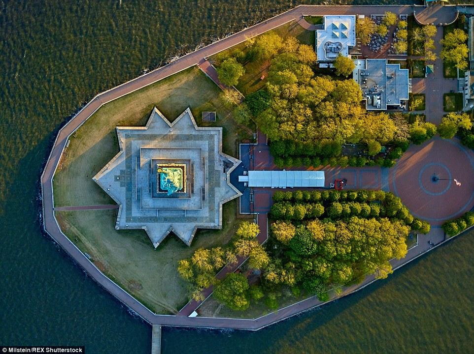Statue of Liberty: Fotógrafo Jeffrey Milstein capturou estas imagens impressionantes de New York a partir do lado de um helicóptero