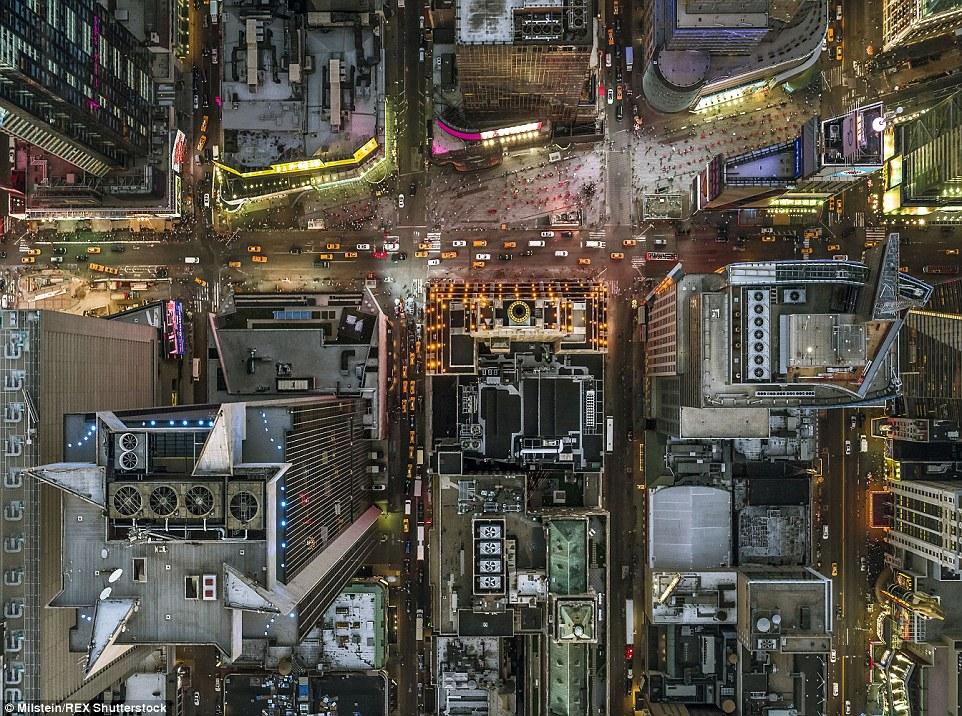 Como formigas: As ruas em torno Times Square, geralmente embalados com as pessoas, olhar praticamente vazio a partir de 2.000 pés no ar