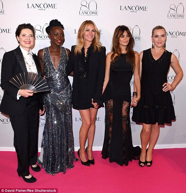 Balançando o tapete vermelho: De mãos dadas, os cinco embaixadores Lancome eram um quinteto de styling de qualidade como eles chegaram à reunião, realizada durante a Paris Haute Couture Outono / Inverno 2015 semana