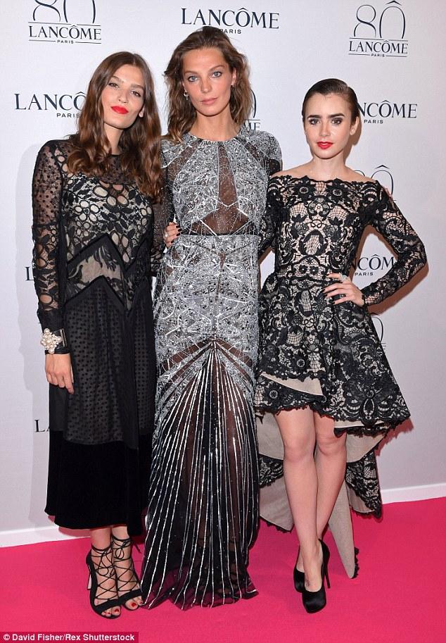 Preto e prata e de glam todo: Lily posou ao lado da atriz francesa Alma Jodorowsky (à esquerda) e modelo Daria Werbowy (centro) em suas laçado, vestidos enfeitados
