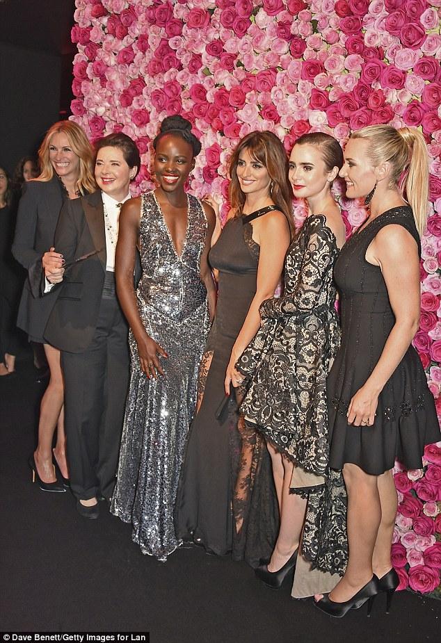 Blooming belezas: As senhoras posou na frente de uma parede da flor-de-rosa como eles representaram a marca icônica
