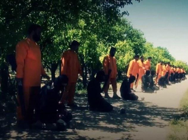 Venganza: El grupo rebelde Jaysh al-Islam vestido con monos naranjas - vestimenta generalmente usado por las víctimas de ISIS - ha ejecutado a 13 militantes ISIS (en la foto)