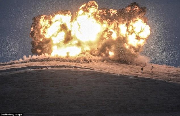 Explosión: Este ataque aéreo en lo que se llevó a cabo ISIS-Kobane fue uno de más de 15,000 realizada en sus lugares y sin embargo los extremistas siguen ampliar su base de tierra