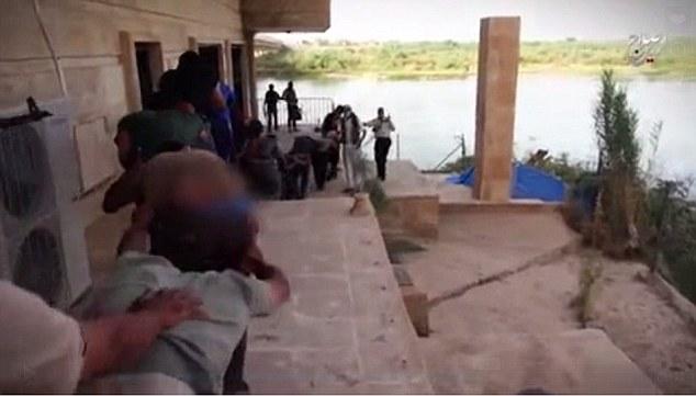 Decenas de jóvenes cadetes militares se llevaron a la zona ribereña antes de ser ejecutado