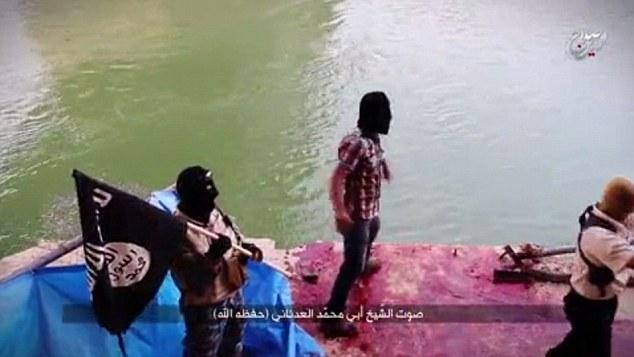 El lugar donde las víctimas fueron baleados y empujados a los ríos Tigris (en la foto) ha, desde Tikrit fue retomada, ha convertido en un santuario improvisado