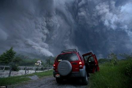 Eerie: ogromna chmura pyłu widać po wybuchu wulkanu w Colima w zachodnim Meksyku.  Wulkan staje się coraz bardziej aktywny