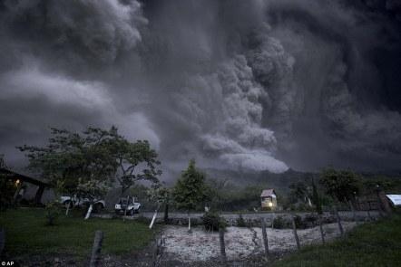 Dramatyczne: Chmury popiołu wypełnione niebo jako Colima wulkan, znany również jako wulkan Ognia w zachodniej części Meksyku, wybuchła w zeszłym tygodniu