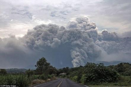 Pióropusze: Chmury popiołu z wulkanu rzygać of Fire w Meksyku, na zdjęciu z pobliskiej Tonila.  Wielu mieszkańców opuściło swoje domy, jak popiół spadł