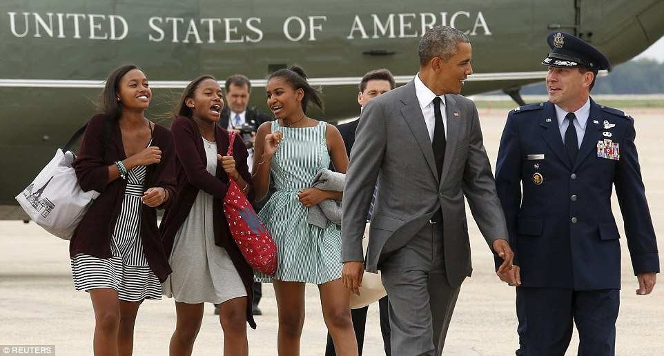 Obama and daughter Sasha (R), along with two of Sasha's friends, boarded Air Force One to travel to NYC
