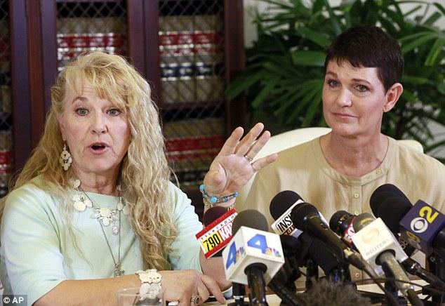 Rebecca Neal, izquierda, y Beth Ferrier, derecha, fueron dos de los acusadores de Bill Cosby que testificó contra Cosby en 2005 el sexo traje de asalto