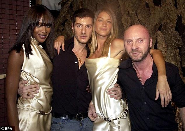 Naomi Campbell e Gisele posam com Stefano Gabbana e Domenico Dolce em 2002