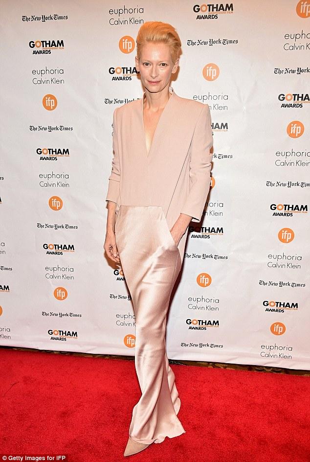 Como sabemos dela: A beleza de Hollywood, na foto com seu olhar de costume, falou sobre indo incógnito para o personagem - um Diabo Veste Prada editor tipo revista - e diz que joga vestir-se é uma das razões que ela ama agindo
