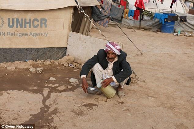 Desaparecidos: dos hijas y el hijo de Bohar se cree que son todavía en cautividad en territorio ISIS.  En la foto: Un hombre en el campamento en Dohuk, Iraq, donde Bohar y su marido están a la espera de noticias de sus seres queridos